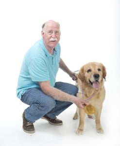 Stolzer Besitzer eines Golden Retriever Deckrüden