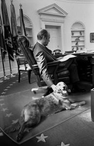Gerald Ford mit Golden Retriever Liberty im Weißen Haus 1974