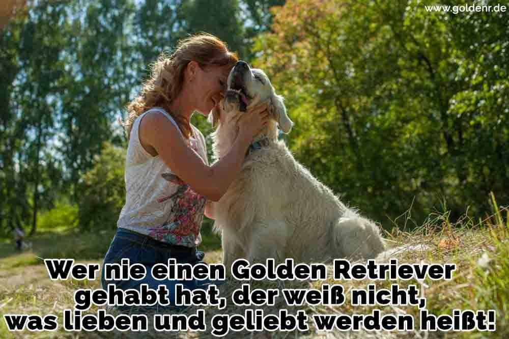 Eine Frau, die ihre Golden Retriever küssen
