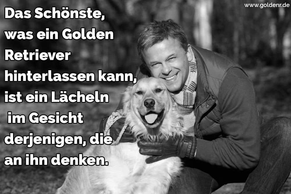 Ein Mann umarmt seine Golden Retriever